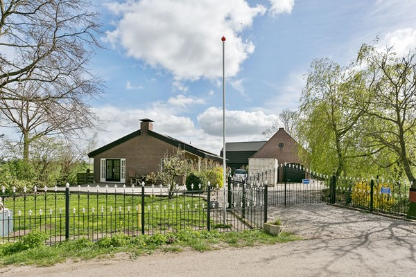 Dit prachtig vrijstaand landhuis/woonboerderij staat te koop in het mooie Hoogblokland in het Groene hart van Nederland. Het landhuis is zeer geschikt voor dubbele bewoning. Hier kun je in alle rust genieten van een prachtig vrij uitzicht. Dit obj...