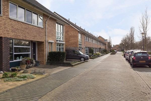 Jip en Janneke 85 is een royale midden woning met 5 slaapkamers en een vrijstaande stenen berging en te koop bij Wiebox makelaars. In de kindvriendelijke woonwijk dichtbij de basisscholen, kinderdagverblijf, speeltuin en winkelcentrum Laag Dalem.