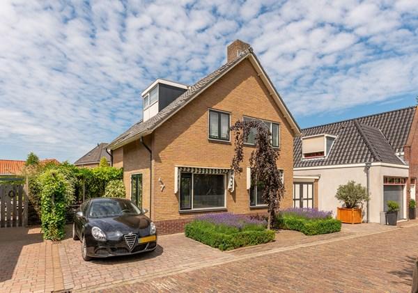 Te koop: Grote 7 kamer woning met garage, voor- zij- en achtertuin in historische dorpskern