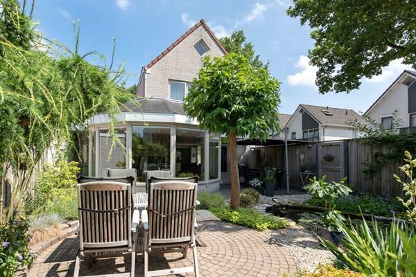 Te koop: Luxe royaal uitgebouwd half vrijstaand geschakeld herenhuis met inpandige garage en fraaie tuin met veel privacy.