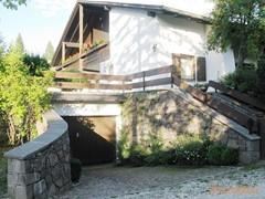 Haus mit Garageneinfahrt