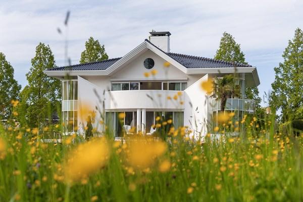 Te koop: Schiterende onder architectuur gebouwde villa met zwembad.