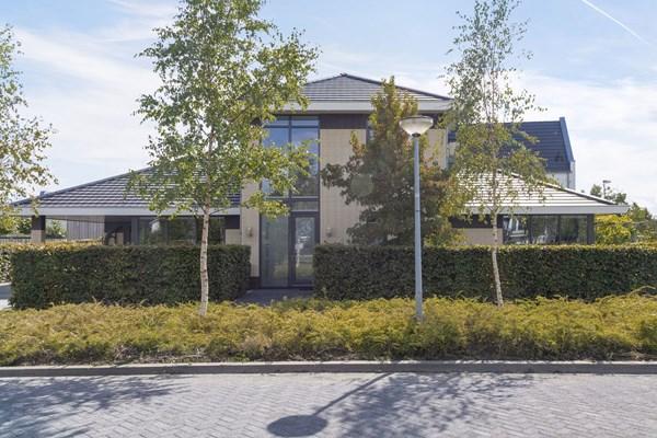 For sale: Bijzondere woning met slaapkamers op de begane grond en totaal vier badkamers.