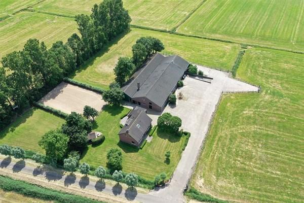 Te koop: Het object is rustig gelegen en biedt door de combinatie van de gebouwen en de grond diverse mogelijkheden.