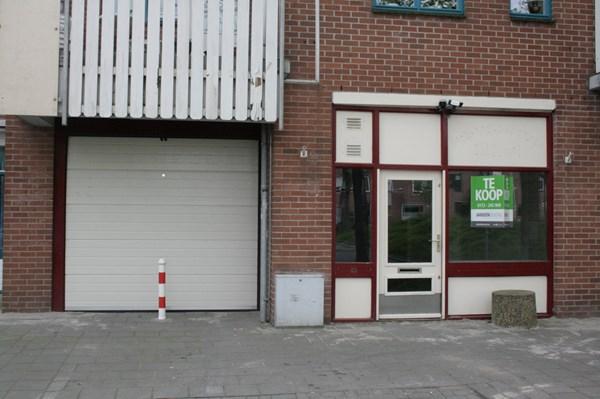 """Te koop: winkel-/praktrijkruimte met garage in buurtcentrum """"De Stuifzwam"""", gelegen in woonwijk """"Ridderveld""""."""