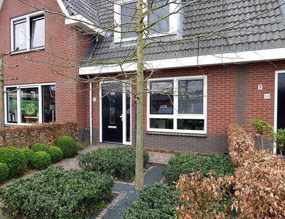 Te koop: Zeer goed onderhouden frisse tussenwoning met garage op een perceel van 162 m2.  Groen uitzicht en de Munnikebeek op wandelafstand!