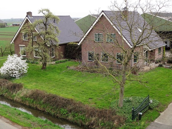 Te koop: Twee goed onderhouden vrijstaande woningen met een weids landelijk uitzicht op een perceel van 00.98.60 ha. Bestemmingswijziging mogelijk!