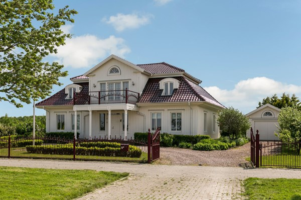 Te koop: Zweedse woning op een ruimte kavel met vrijstaande garage.