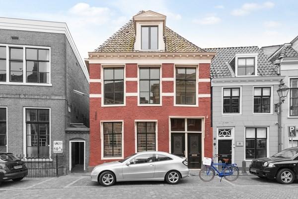 Te koop: Prachtige winkel met boven woning in hartje centrum met eigen parkeerplaats.